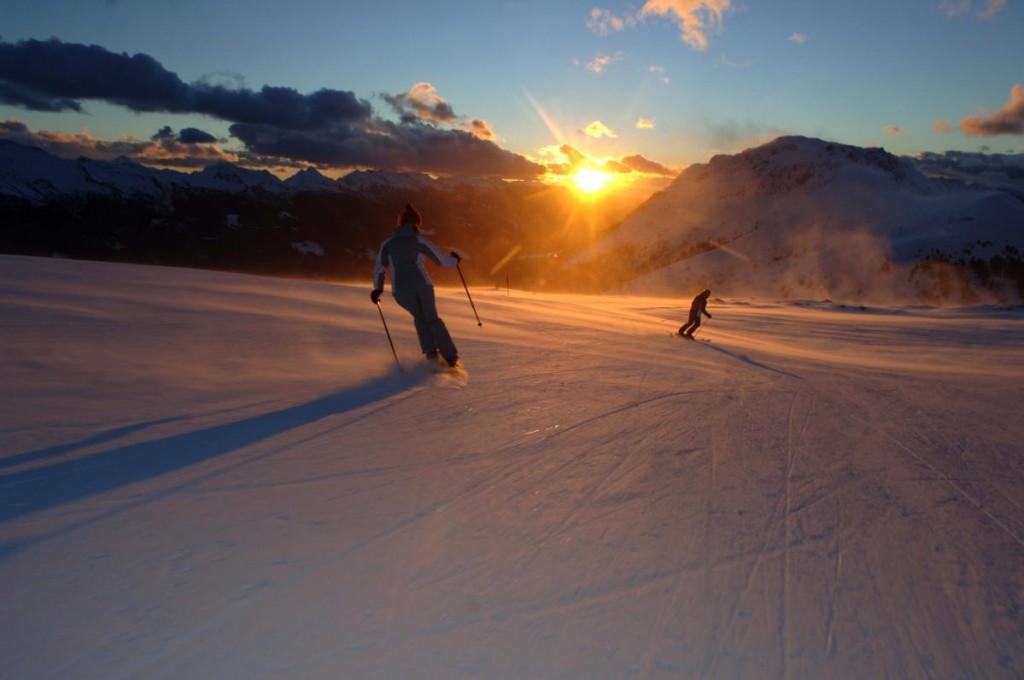 Sciare su una pista frasca di battitura con solo l'alba