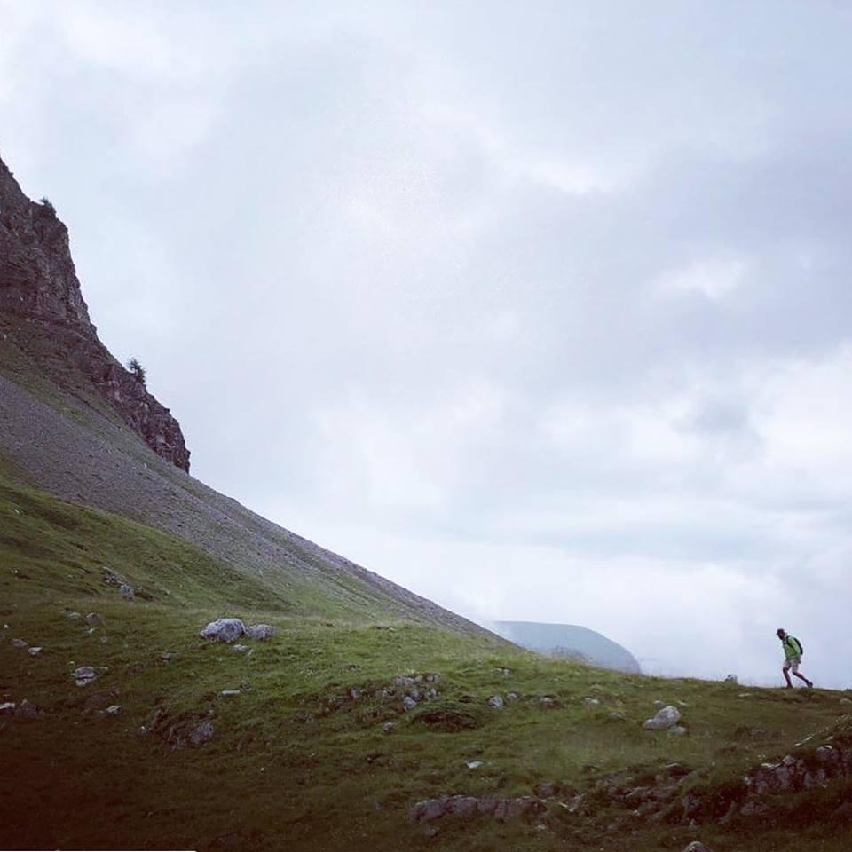 camminare tra le nuvole tra le verdi montagne della valle