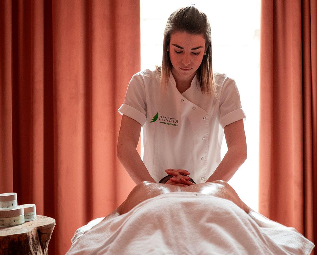 Elisa Martini, nostra esperta di benessere, durante un trattamento estetico