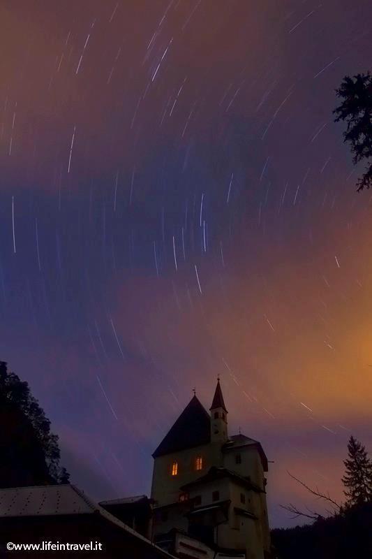 Il santuario visto di notte sotto le stelle