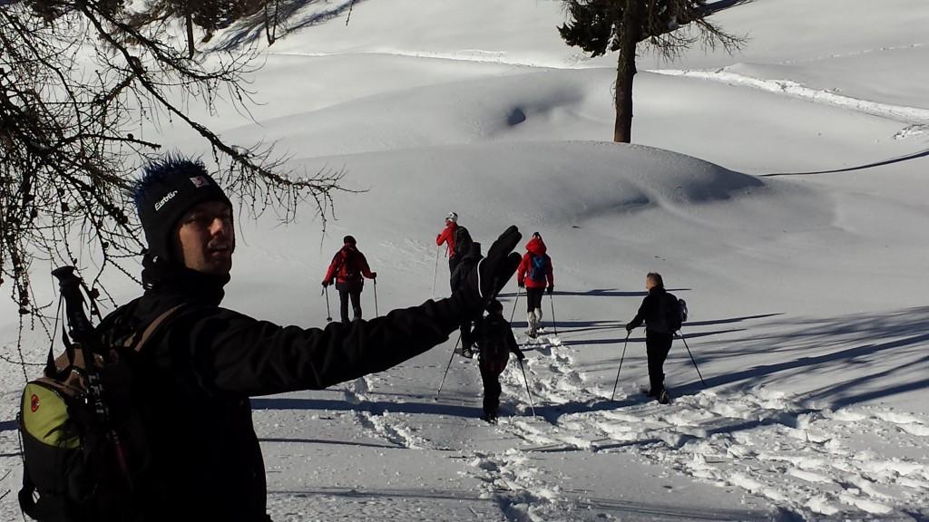 A spasso sulla neve fresca sul monte Roen