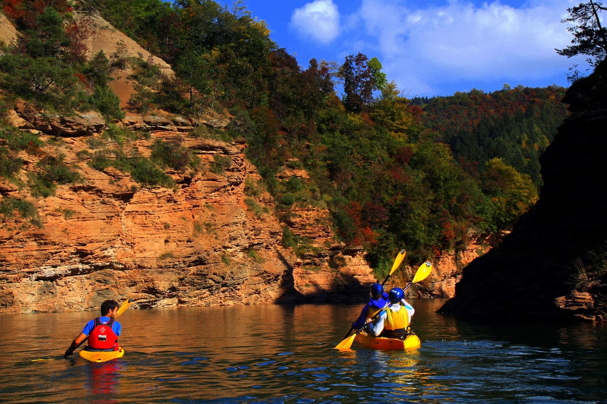 Appassionati di kayak sul torrente Novella, all'interno del meraviglioso Parco Fluviale Novella