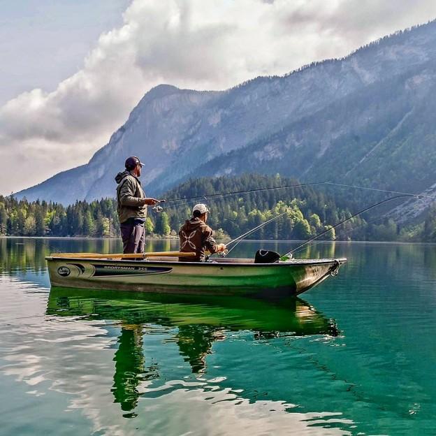 Pescare in barca al lago di Tovel