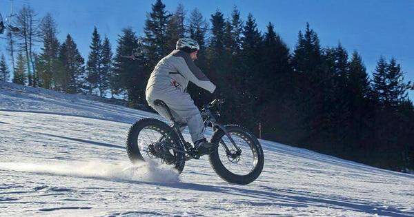 discesa sulla neve con fat bike in val di nom