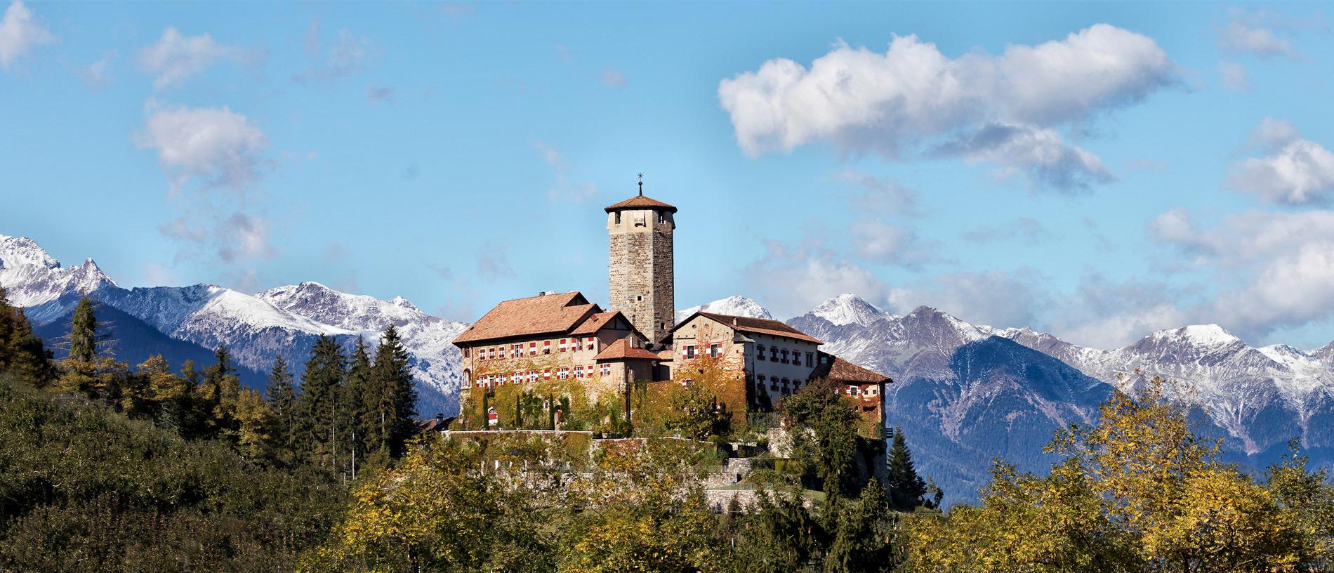 Castel Valer immortalato in una giornata soleggiata... uno spettacolo incredibile!