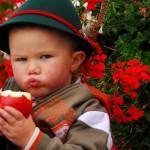 bambino con mela a pomaria