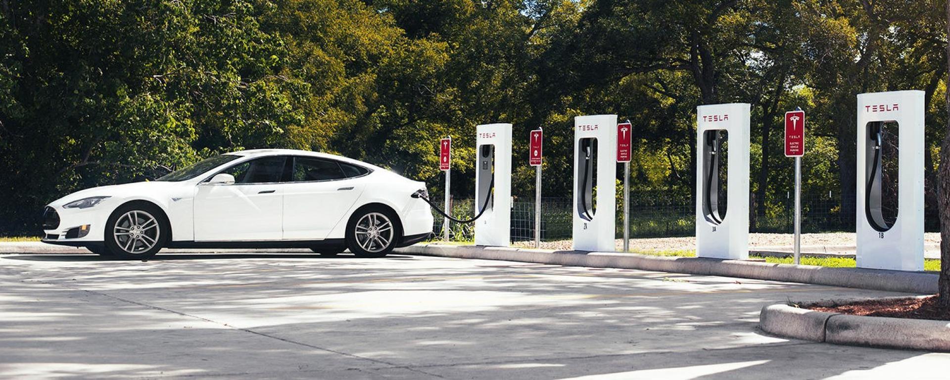 Auto elettrica in ricarica a una colonnina Tesla