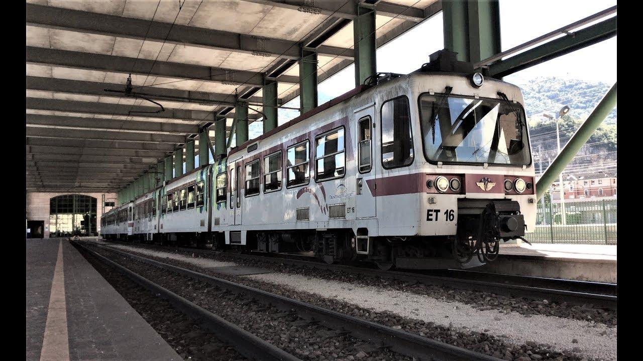 Treno in attesa alla stazione di Trento in via Dogana