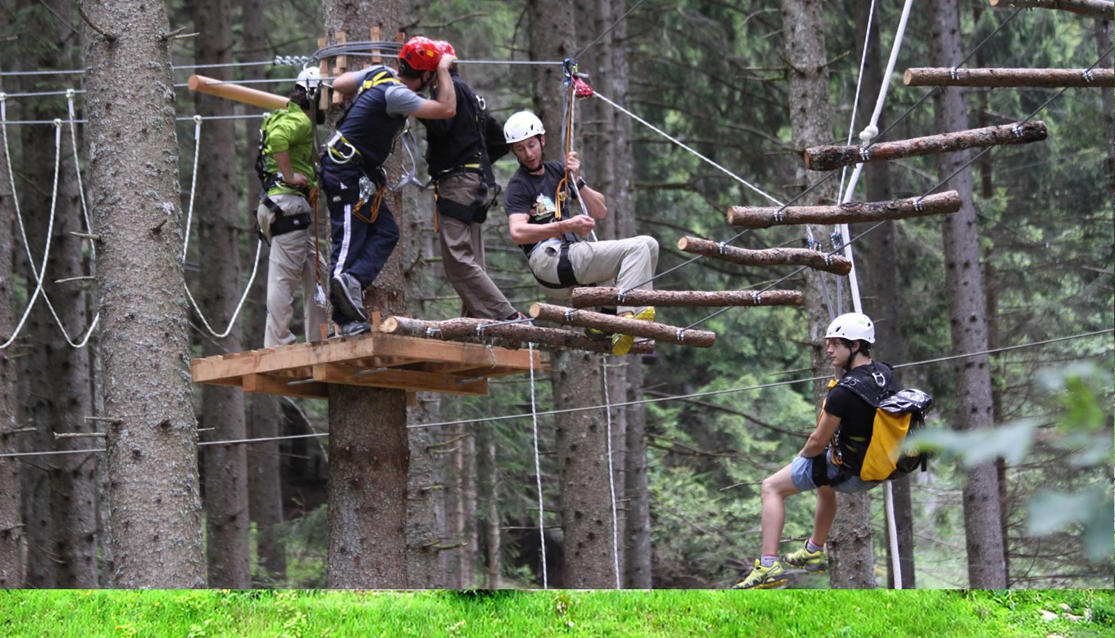 Gruppo di adulti alla prova su un percorso del Breg Adventure Park