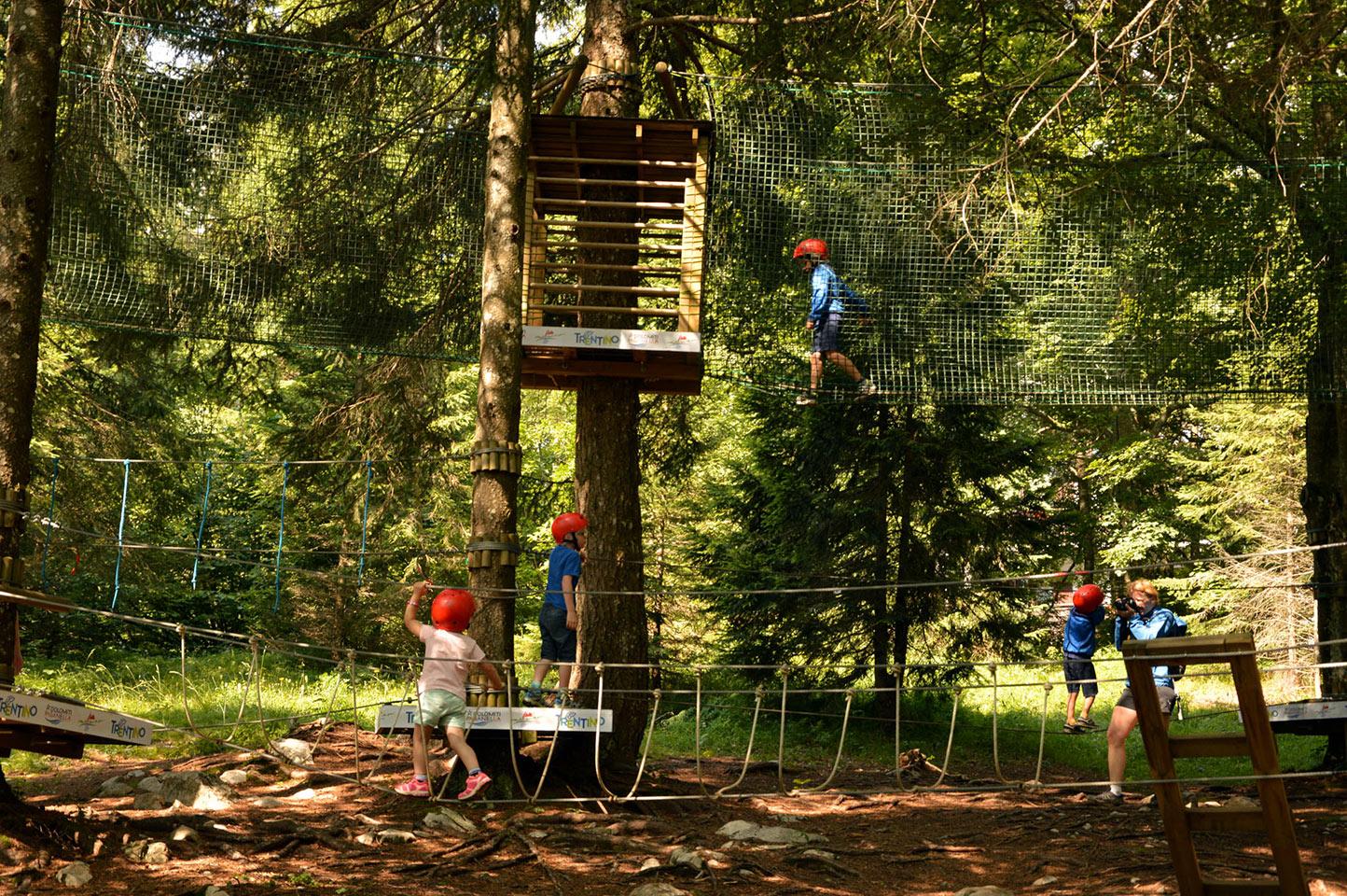 Bambini in gioco al Forest Park Molveno, a due passi dalle Dolomiti di Brenta e dal massiccio della Paganella