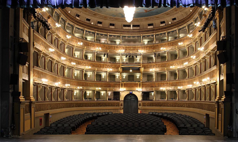 Foto della splendida sala del Teatro Sociale a Trento (iimagine dal sito web opearincasa.com)