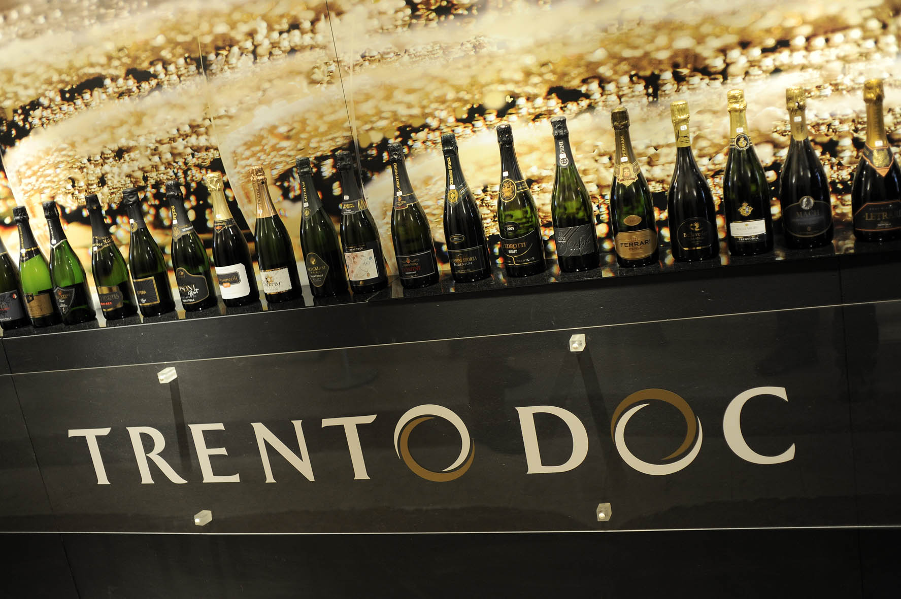 Bottiglie di spumante con etichetta Trento Doc - Archivio CCIAA TN © Romano MagroneDIG collezione TrentodocRCC