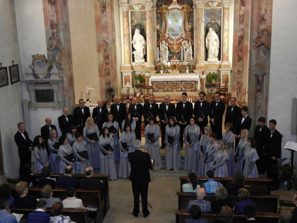 La Corale Antares di Taio (Predaia) diretta dal maestro Giorgio Larcher durante un concerto al Santuario della Madonna delle Laste