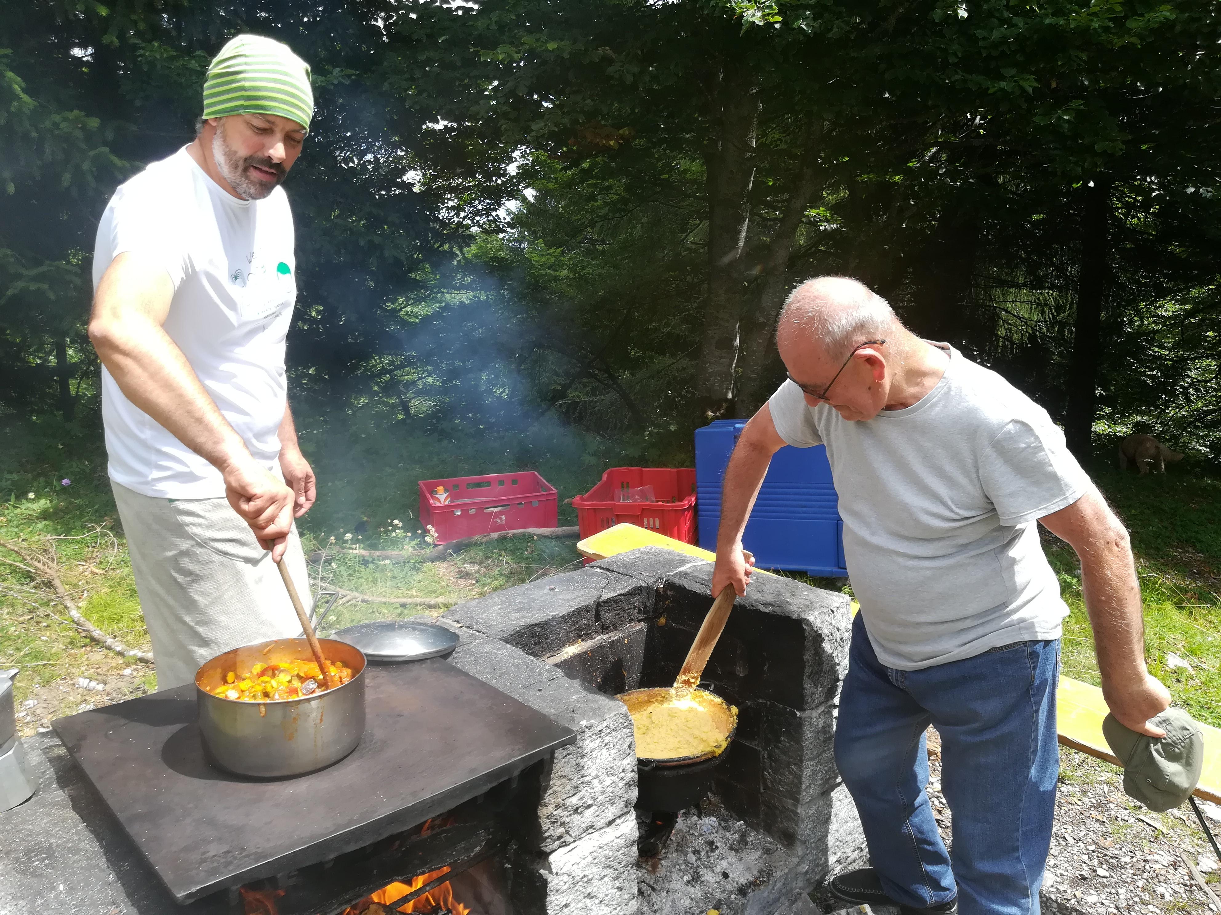 Da dx: Nicola Sicher con il mitico signor Renzo Galli, caro amico e storico cliente del Pineta sin dal 1978, impegnati durante la grigliata (foto RT)