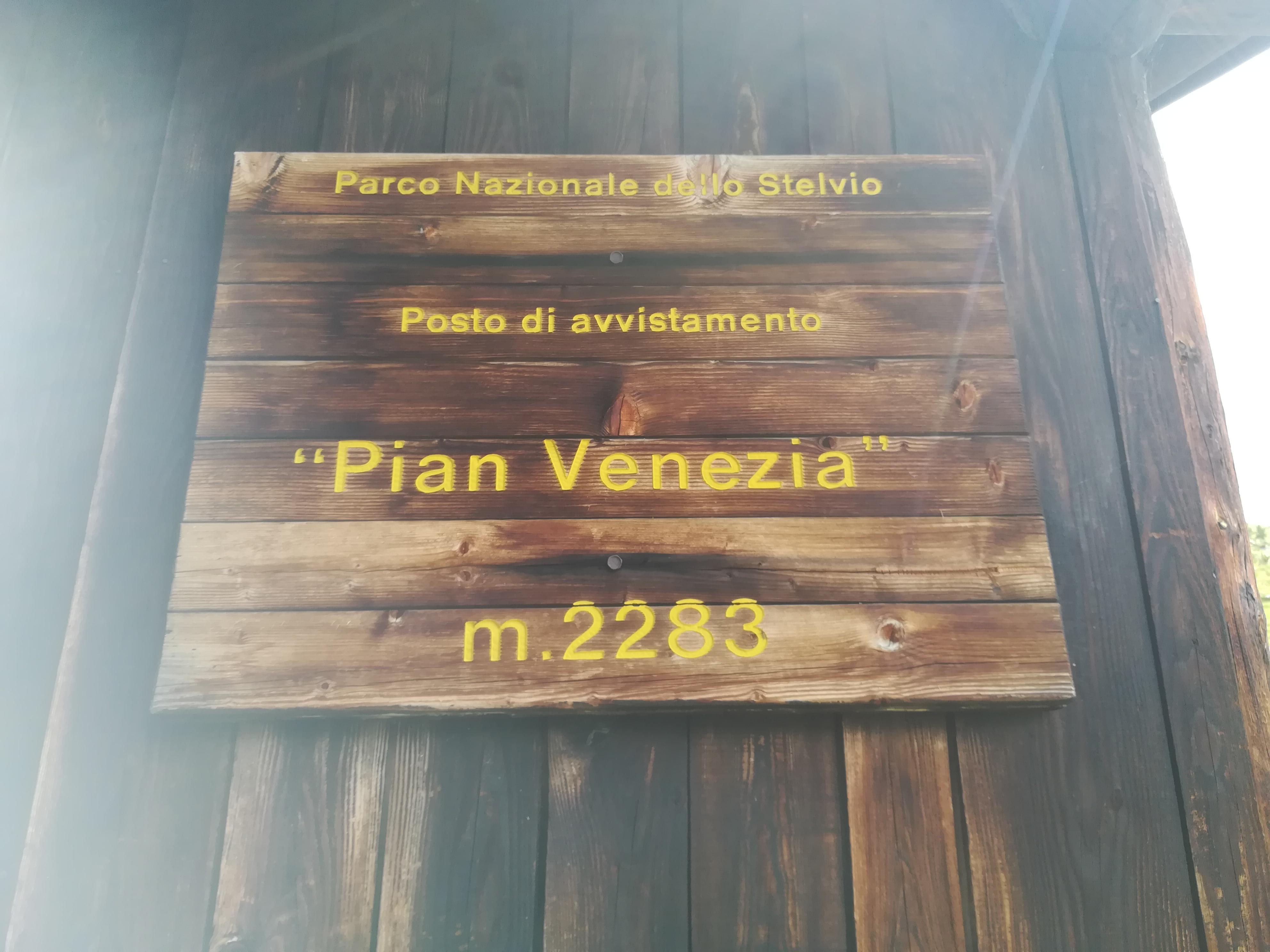 Immagine del cartello affisso sulla baita di Pian Venezia (foto Riccardo Tempo)