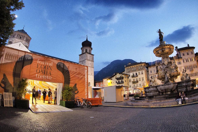 Immagine della fontana di Nettuno durante il Festival dell'Economia a Trento (Foto Romano Magrone)