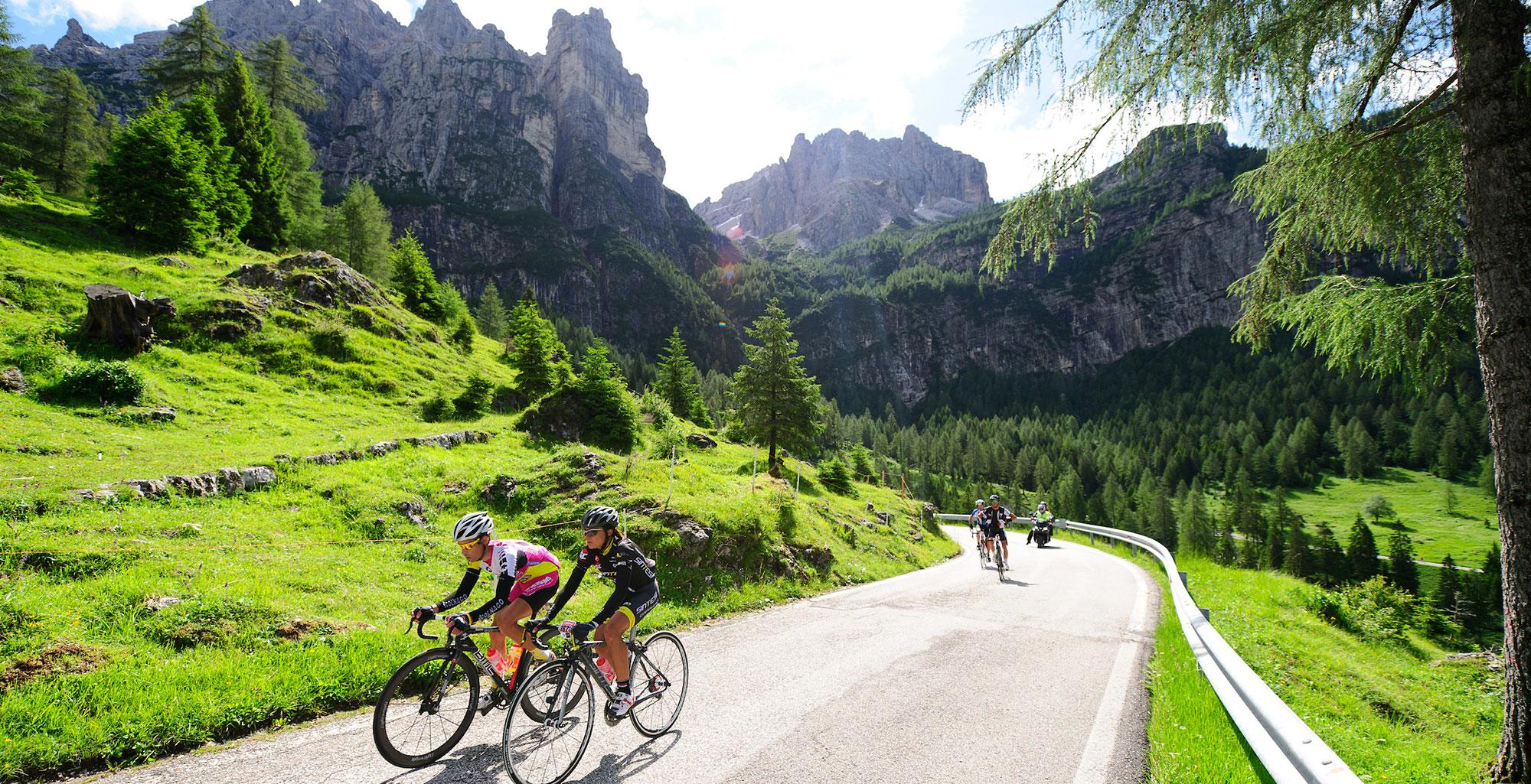 Il bellissimo paesaggio visibile dalla strada del passo della Mendola durante una gare di ciclismo femminile