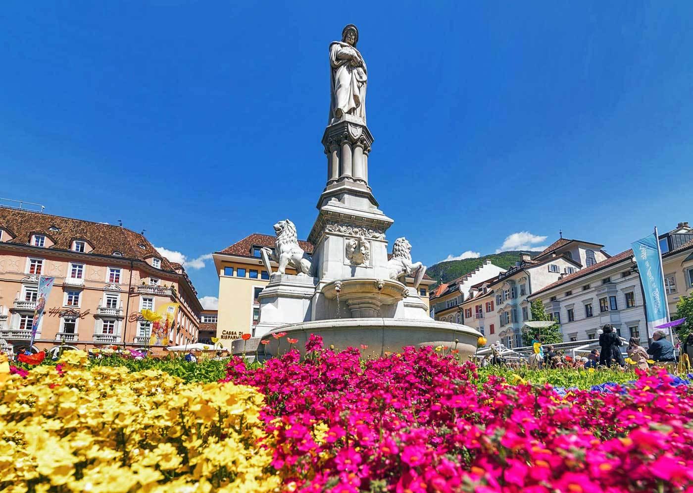 Ecco una immagine della bellissima piazza Walther di Bolzano durante la Festa dei Fiori (bioterra.it)
