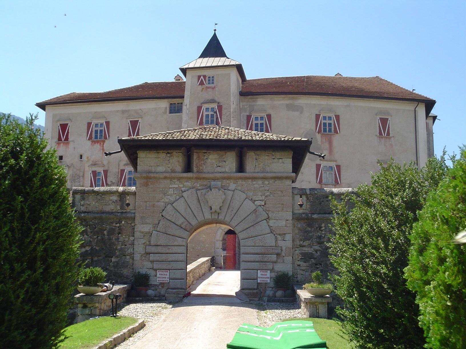 Desiderate pedalare lietamente dal Pineta a Castel Thun. Prenotatevi in reception e ... buon giro! (foto da castlesin theworld.wordpress.com)