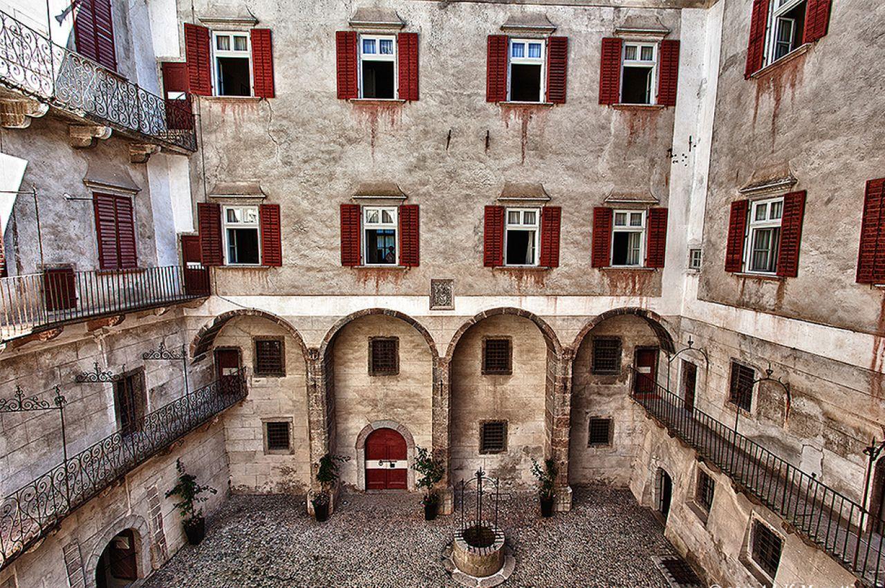Ecco qui uno dei giardini interni presenti a Castel Thun. Ingresso gratis grazie alla trentino Guest Card (immagine dal sito web histouring.com)