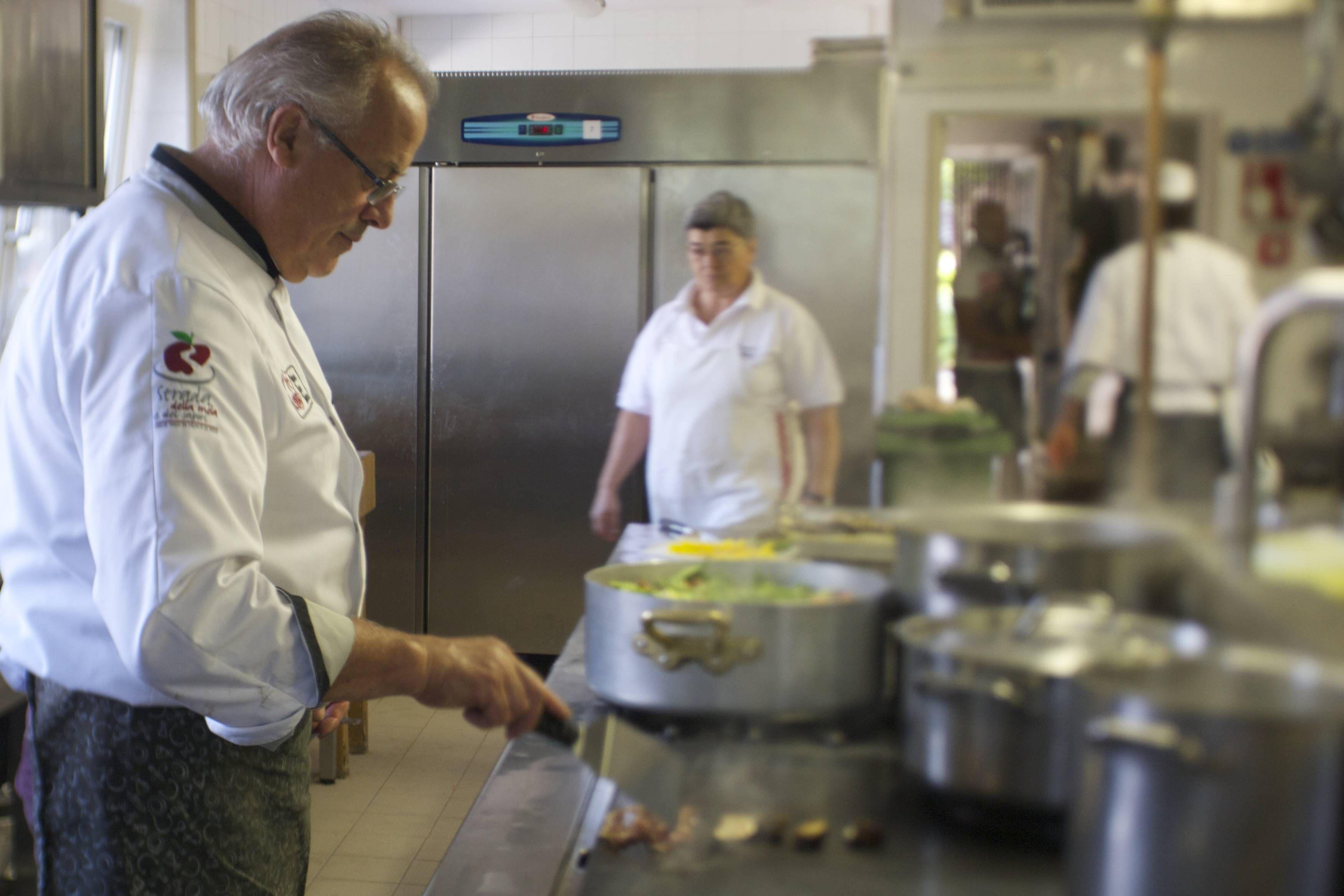 Chef Bruno Sicher in azione nella cucina del Pineta