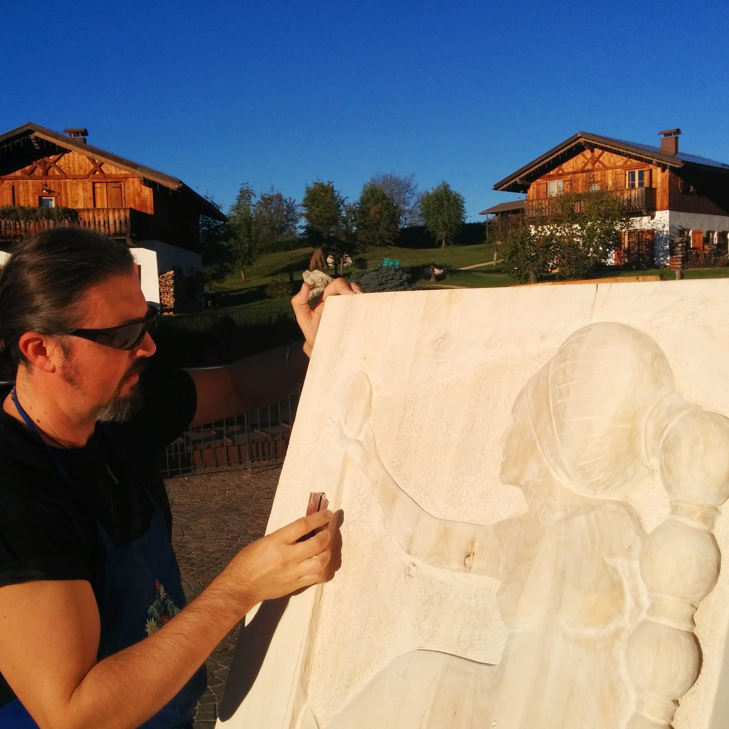 Roberto Merotto all'opera durante il simposio di Scultura in Legno