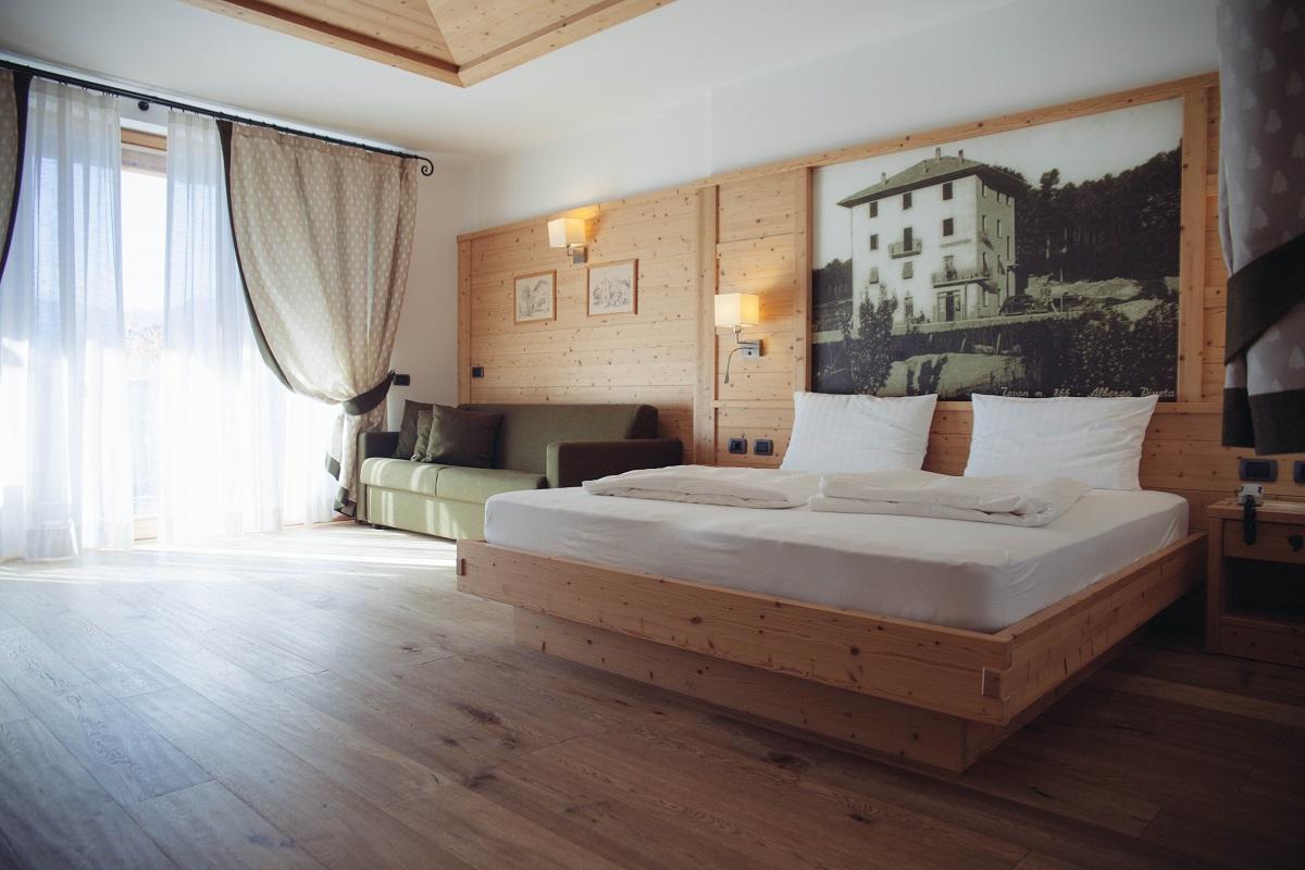 Il profumo del legno di cirmolo, abete e larice pervade le nostre spaziose stanze