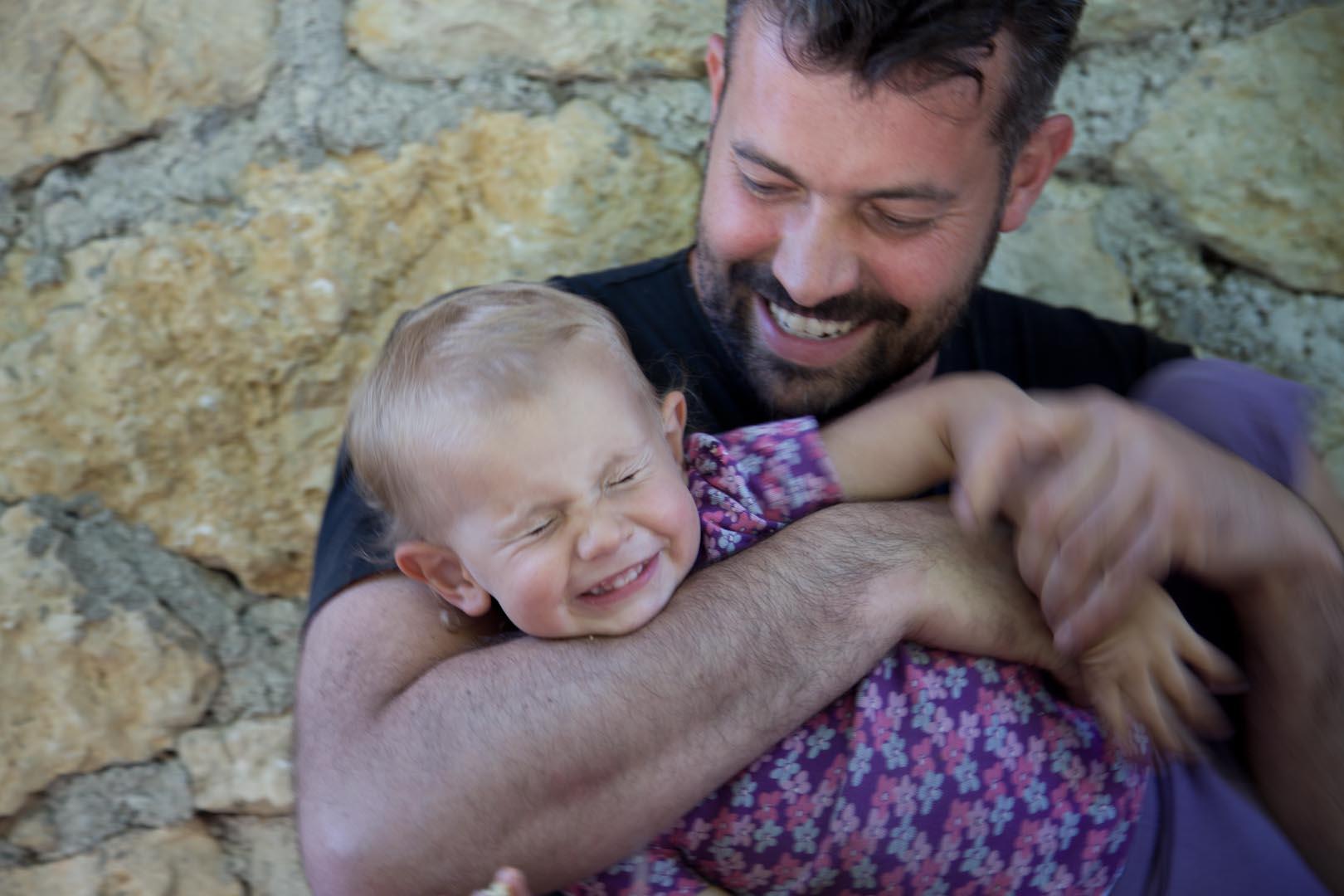 Giochi tra papà e figlia. Pineta family style.