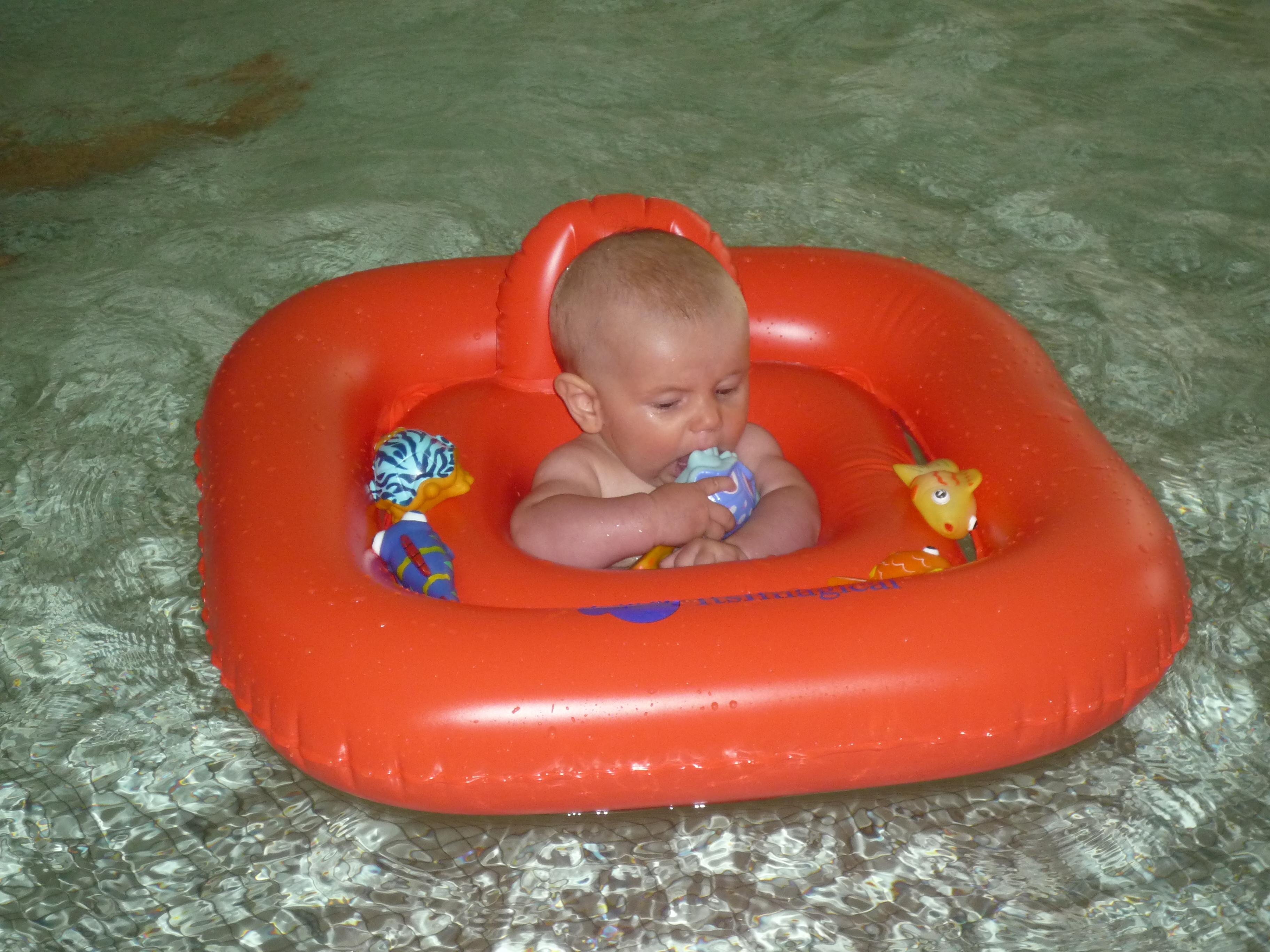 Un bagnetto in piscina riscaldata apposta per i più piccoli non può mancare! Pineta family hotel