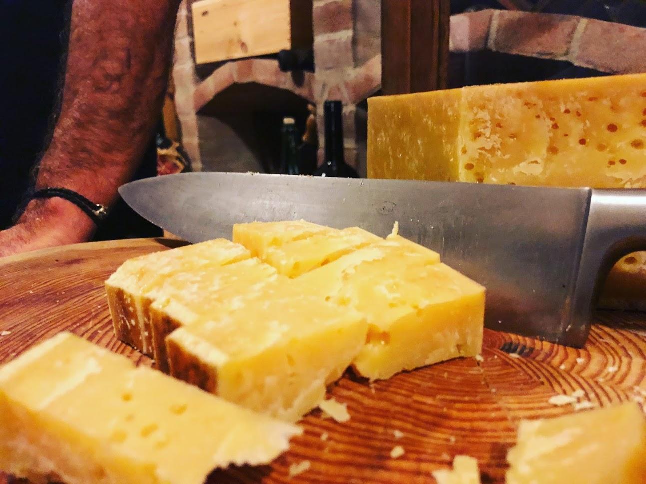 Un pezzo di formaggio di malga in degustazione in cantina del Bruno