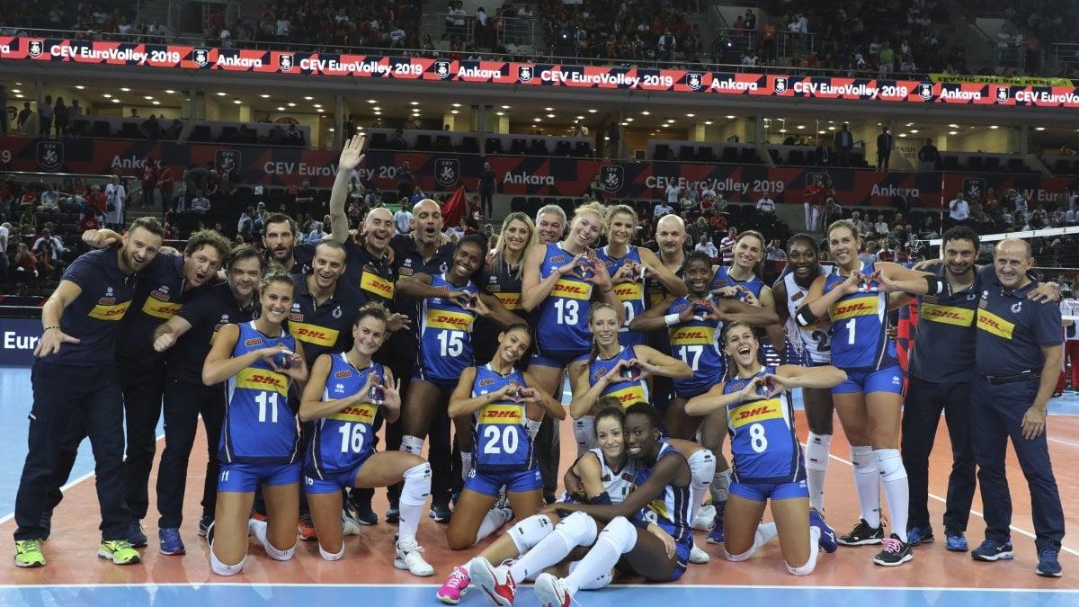 Le azzurre del volley in festa dopo il bronzo vinto agli Europei 2019