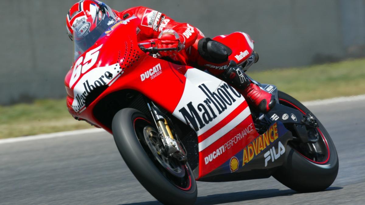 Loris Capirossi, leggenda del motociclismo, in sella alla Ducati nel 2003. L'italiano è stato campione mondiale in 125 nel 1990 e 1991 e in 250 nel 1998