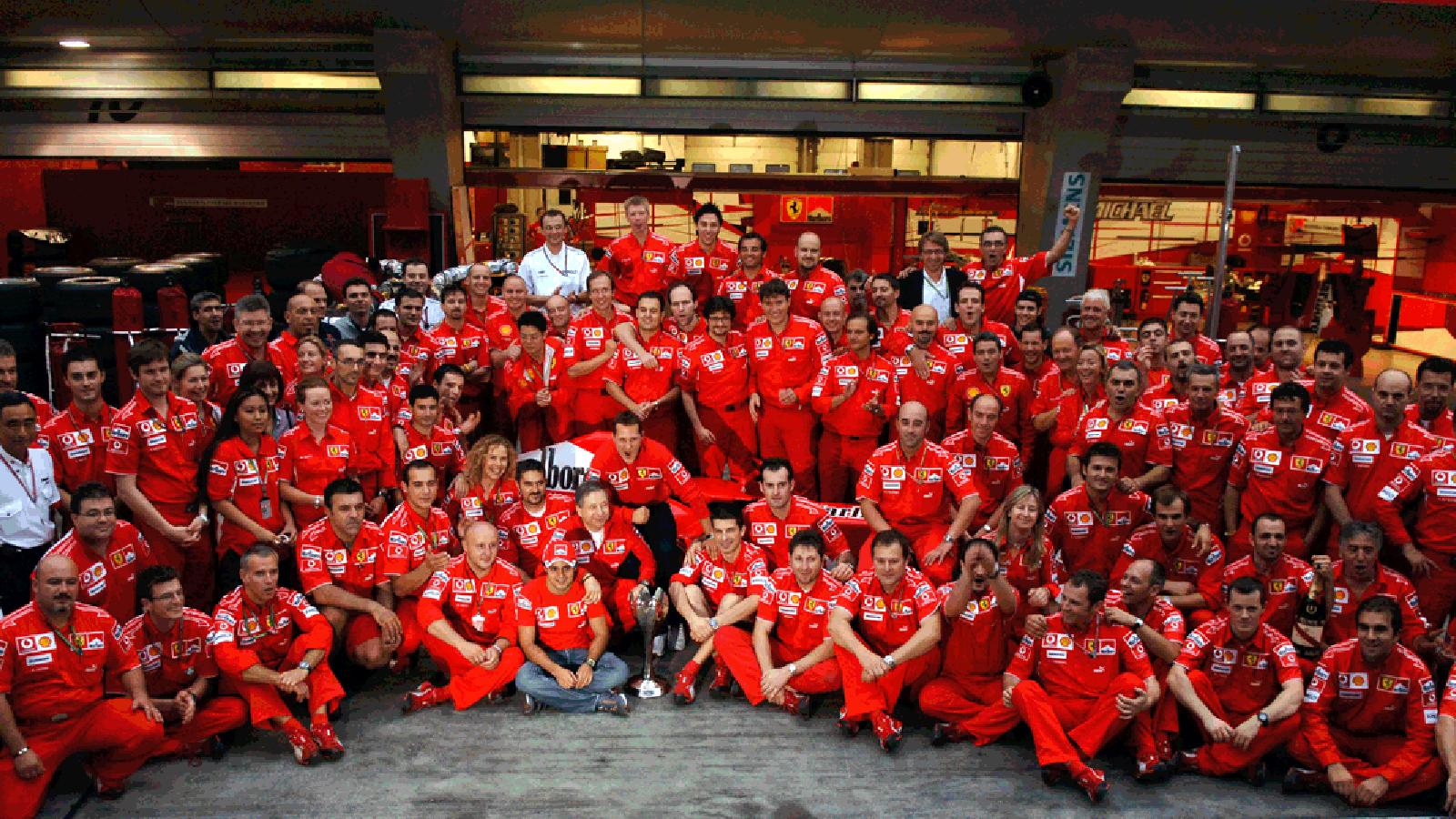1 ottobre 2006, Shanghai: foto di gruppo in Ferrari dopo l'ultimo GP di Formula1 vinto da Michael Schumacher nella sua carriera (immagine dal sito formula1.ferrari.com)