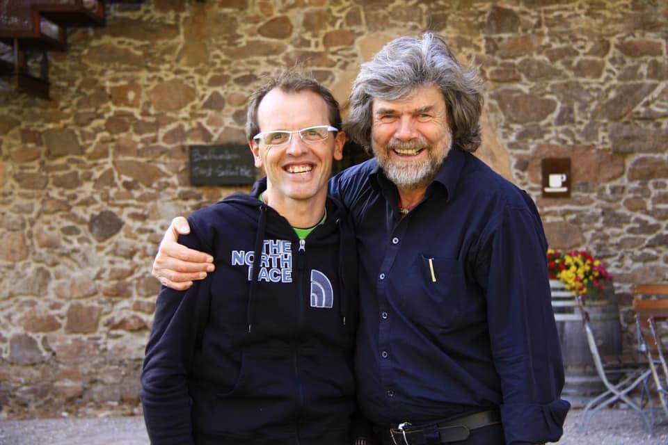 Simone Moro (a sx) e Reinhold Messner in posa davanti al Messner Mountain Museum di Bolzano (foto da Facebook)