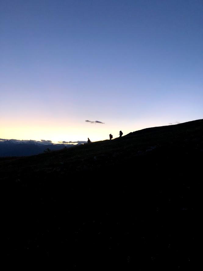 Scendiamo verso valle prima del buio più profondo