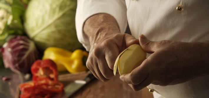 tortel di patate si pelano le patate